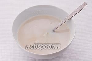 Заливаем сахар стаканом горячего молока (стакан горячего молока берём из кастрюли, в которой нагревали 1 литр молока) и хорошо перемешиваем, чтобы сахар расстаял.