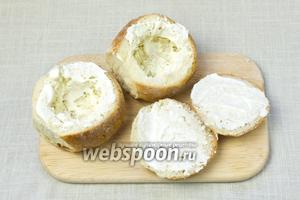 Срезать верхушку у булочек, мякоть утрамбовать ложкой. Внутреннюю часть хлеба и крышечек смазать сметаной.