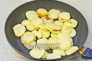 Обжарить на сковороде с добавлением оливково масла 10 минут до золотистого цвета. Немного посолить и поперчить.