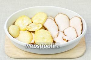В огнеупорную форму выложить слой картофеля, затем слой копчёной грудинки и снова слой картофеля.
