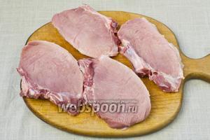 Мясо нарезать кусочками толщиной 2 сантиметра.