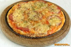 Подготовленную пиццу нужно поставить в уже разогретую до 230 °С и выпекать ровно 10 минут. Таким же образом готовим ещё две пиццы.