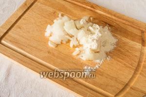 Мелкими кубиками нарезать лук. Смешать с кукурузной мукой.