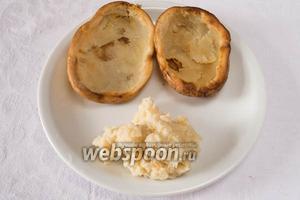 Запечённую картошку остудить. Аккуратно вынуть мякоть. Размять её до однородной массы.