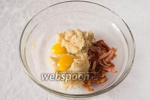 Смешать мякоть, поджаренный бекон и желтки яиц. Посолить, поперчить.