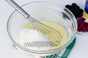 Муку смешать с содой и всыпать к взбитой яично-кефирной смеси.