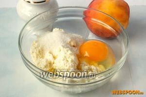 Творог растереть с солью, ванильным сахаром и яйцом. Можно пюрировать всё блендером, тогда консистенция  чизкейка будет совсем однородной. Мне нравится именно неоднородность.