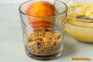 На дно посуды, подходящей для готовки в микроволновке, выложить слой печенья. Прижать.