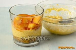 Сверху выложить половину творожной смеси. На творожный слой — кусочки персика.