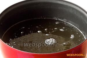 Сахар 1850 грам растворить в горячей воде 500 мл, довести до кипения при постоянном помешивании и прокипятить в течение 2–3 минут. Затем раствор профильтровать через прокипяченную фланель или сложенную в 3–4 слоя марлю и снова довести до кипения.