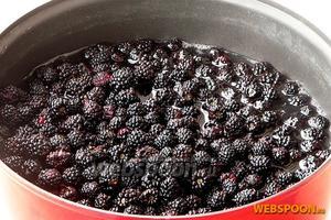 Подготовленные ягоды ежевики опустить в горячий сироп.