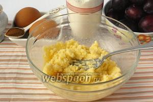 120 г масла растереть с 180 г сахара, отложив 2 столовые ложки сахара для посыпки.