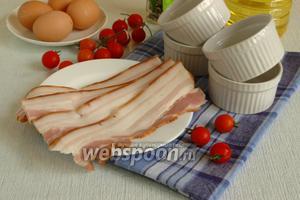 Подготовить необходимые ингредиенты: грудинку, помидоры, яйца и специи.
