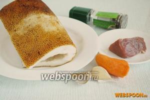 Подготовить основные продукты: тонкое сало, небольшую морковь, чеснок, телятину и специи.