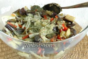 Добавить в остывшие баклажаны нарезанные перец и лук, а также специи, пряности, лимонный сок и измельчённый чеснок. Перемешать и оставить минимум на 1 час, чтобы салат пропитался.