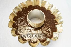 Подготовить форму: смазать сливочным маслом, посыпать сухарями. Влить тесто в форму. Поставить в горячую духовку. Выпекать 60 минут при температуре 160°С.