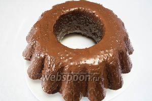Полить кекс шоколадной смесью в 2 или 3 приёма.  Охладить. Подавать к чаю как десерт.