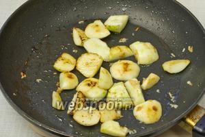 Яблоки выложить в ту же сковороду и выдавить зубчик чеснока. Обжарить до карамельного цвета.