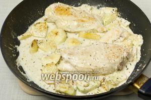 Выложить куриную грудку, посолить и поперчить по вкусу. Тушить пока не испарится жидкость.