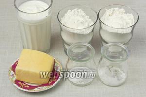 Для таких лепёшек понадобятся: на 1 стакан кефира, 2 стакана муки, любой твёрдый сыр, соль, сахар, сода.