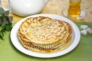 Лепёшки можно перед жаркой нафаршировать сыром, зеленью, колбасой или специями, а затем уже обжаривать. Подавать лучше горячими, но и в холодном виде такие лепёшки вкусные.