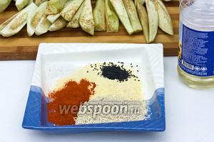 Высыпаем в плоскую тарелку кукурузную муку, семена чёрного и белого кунжута, паприку и соль.