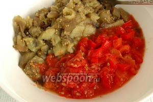 Также измельчить мякоть помидоров, удалив шкурку, и перцев, удалив сердцевину с семенами и шкурку.