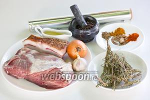 Подготовим необходимые ингредиенты: цельный кусок свинины, сало солёное, репчатый лук, чеснок, веточки сухого розмарина, растительное масло без запаха, специи, а так же фольгу и нитки.