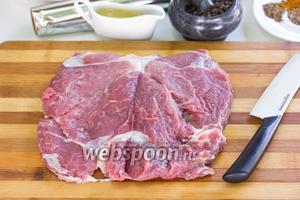Мясо разрежем вдоль, не дорезая с одного края (получится цельный пласт мяса — так называемая «книжечка»).
