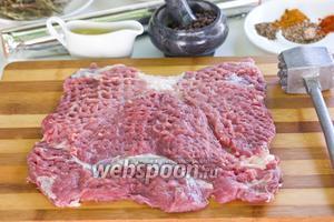 Мясо накроем пищевой плёнкой и отобъём, но нужно следить, чтобы оно не прорывалось.