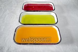 Добавить желатин согласно инструкции (1 столовую ложку с горкой). Разлить по формам. Поставить в холодильник на 3 часа.
