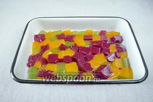Разрезать желированные пласты на кубики. Смешать.
