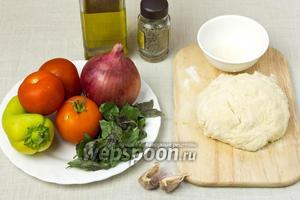 Чтобы приготовить мини-пиццы подготовьте:  тесто для пиццы , 1 крупную красную луковицу, болгарский перец, томаты, базилик, сушёный тимьян, чеснок, оливковое масло.
