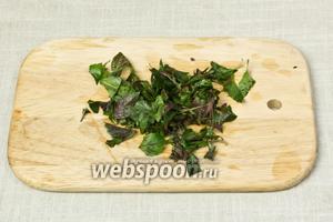 Листочки базилика отделить от стебля, помыть и порубить ножом.