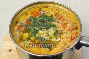 Снять суп с огня. Добавить рубленную зелень. В принципе, на этой стадии можно завершить приготовление супа, если вы не любите его в состоянии пюре.