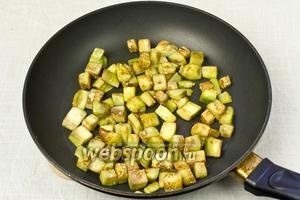 Обжарить на оливковом масле 5 минут.