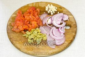 Помидоры, перец, лук и чеснок очистить от кожуры. Лук нарезать тонкими полукольцами, остальные овощи мелко порубить.
