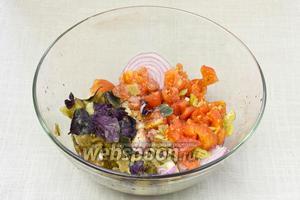 В глубокой ёмкости смешать баклажаны, перец, лук, томаты, чеснок и зелень (мы ограничились свежим базиликом). Заправить салат оливковым маслом, соусом Наршараб, свежемолотым чёрным перцем,  и посолить (у нас чесночная соль). Перемешать и подавать с лавашом или питой.