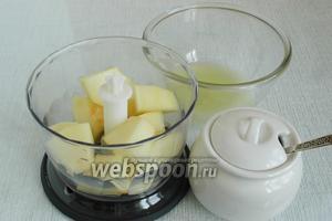 Мякоть дыни нарезать ломтиками и положить в блендер, добавить сахар (столовые ложки без горки). Выдавить сок из лимона.