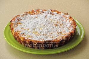 Запеканку немного остудить, обсыпать сахарной пудрой, разрезать на порции и подать на десерт. Можно полить её сметаной или каким-либо кремом.