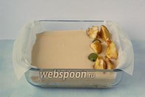 Вылить тесто в  подготовленную форму (у меня 17х17 см). Сверху выложить очищенные дольки яблок и виноград.