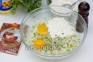 Далее вбиваем яйца, добавляем муку, солим, перчим по вкусу.
