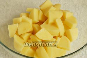 Картофель почистить и нарезать некрупными ломтиками примерно одинаковыми по размеру.
