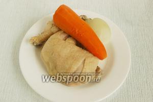 Когда курица сварится и бульон будет готов вынуть мясо и овощи на тарелку. В горячий бульон положить картофель, довести до кипения, положить промытый рис. Снова довести до кипения, варить на маленьком огне до полной готовности картофеля и риса (около 25 минут).