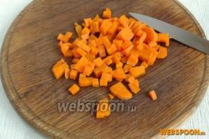 Чуть подостывшую морковь мелко нарезать.