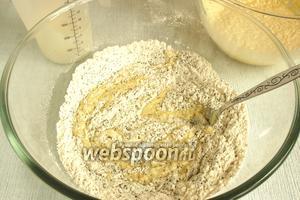 В мучную смесь с маком попеременно добавлять яично-масляную массу и сметану. Добавить лимонную цедру. Перемешать до однородного состояния.