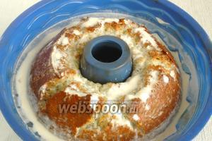 Готовый кекс вынуть из духовки и ещё горячий залить заливкой. Оттопыривая края силиконовой формы дать возможность проникнуть заливке как можно глубже. Оставить остывать.