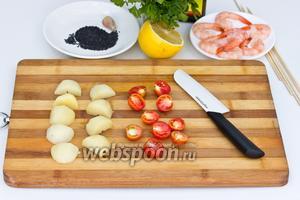 Отварить в подсоленной воде картофель «в мундирах», очистить и нарезать средними кусочками. Помидоры черри разрезать пополам.