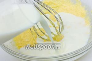 Вводим молоко комнатной температуры и вмешиваем его в яично-масляную смесь.