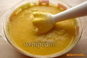 Перемешать всё с помощью погружного бледнера или вернуть в чашу и взбивать до получения однородной массы, после этого уберите суп в холодильник на 3-4 часа. Подавать холодным с гренками и зеленью.